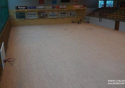 Podczas cyklinowania podłogi w hali sportowej (1)
