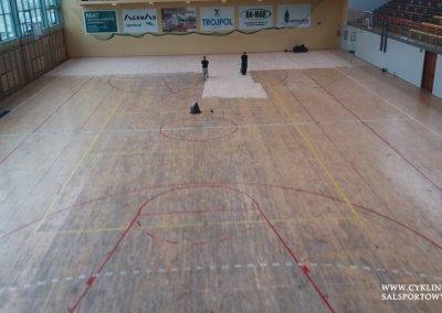 Podczas cyklinowania podłogi w hali sportowej (2)