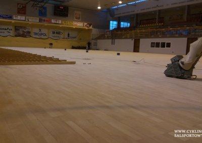 Podczas cyklinowania podłogi w hali sportowej (3)