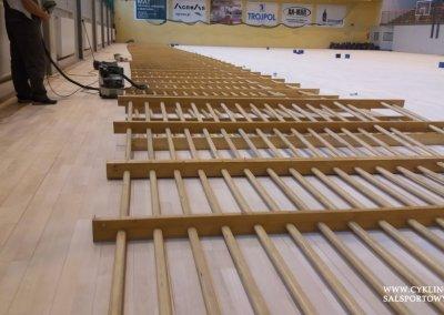 Podczas cyklinowania podłogi w hali sportowej (4)