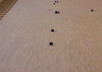 Podczas cyklinowania podłogi w hali sportowej (5)