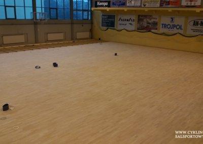 Podczas cyklinowania podłogi w hali sportowej (6)