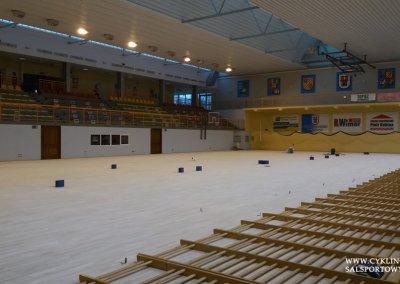Podczas cyklinowania podłogi w hali sportowej (7)