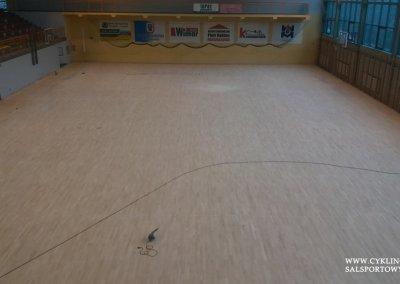 Podczas cyklinowania podłogi w hali sportowej (8)