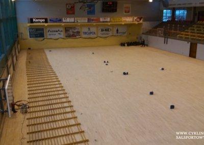 w trakcie cyklinowania podłogi w hali sportowej