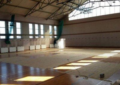 Podczas cyklinowania sali sportowej (2)